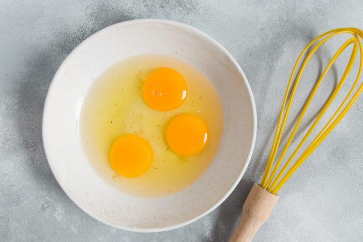Babeczki jajeczne z szynką i groszkiem - Krok 1