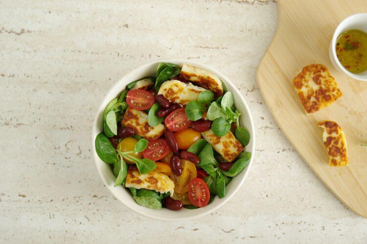 Sałatka z pomidorami, czerwoną fasolą i serem halloumi - Krok 4