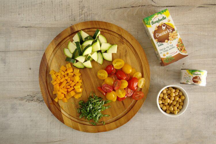 Sałatka z makaronem i letnimi warzywami - Krok 2