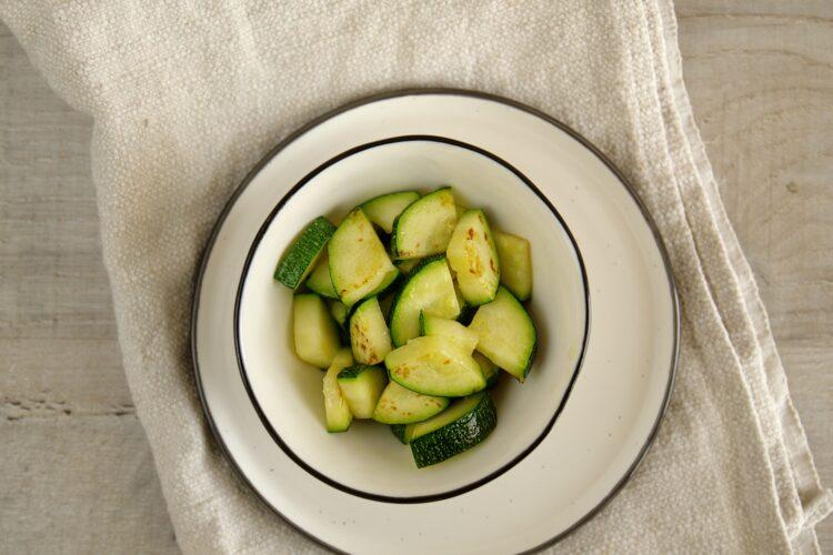 Sałatka z makaronem i letnimi warzywami - Krok 3
