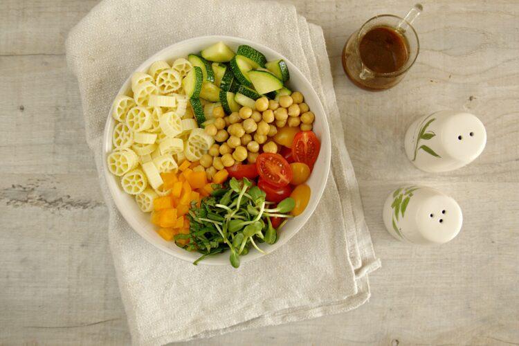 Sałatka z makaronem i letnimi warzywami - Krok 4