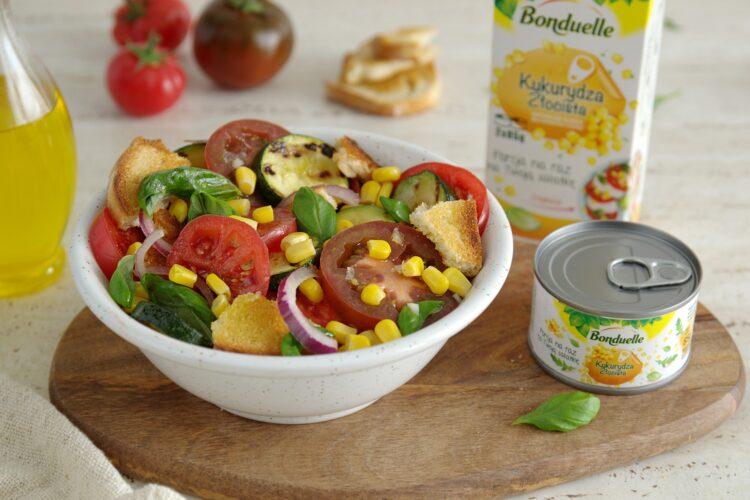 Letnia panzanella z pomidorami, cukinią i kukurydzą