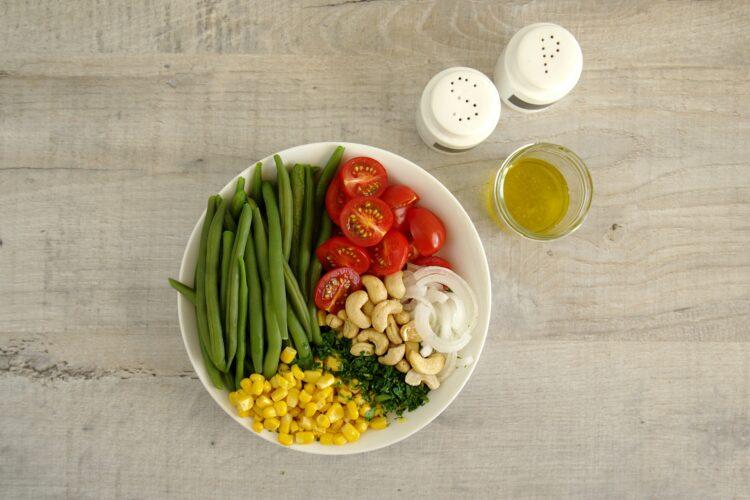 Sałatka z fasolką szparagową i kukurydzą - Krok 4