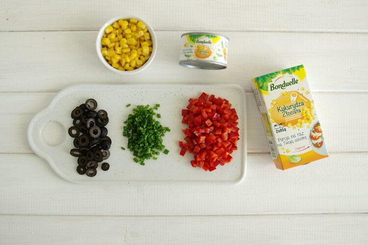 Sałatka kukurydziana z serem - Krok 1