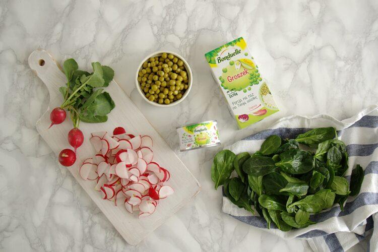 Sałatka z quinoa, groszkiem, rzodkiewką i ziołami - Krok 2