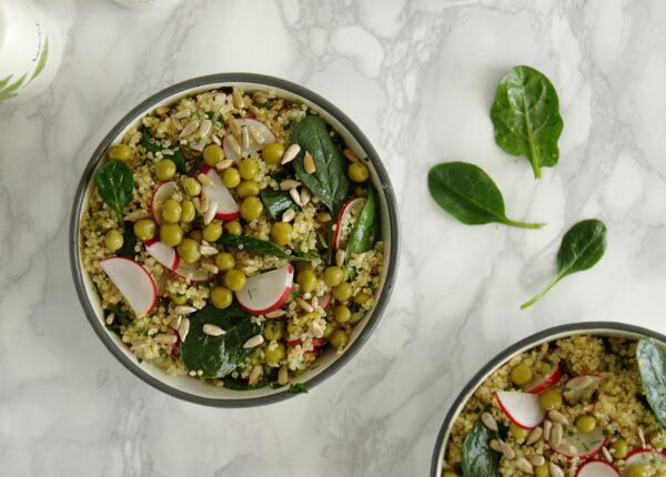 Sałatka z quinoa, groszkiem, rzodkiewką i ziołami