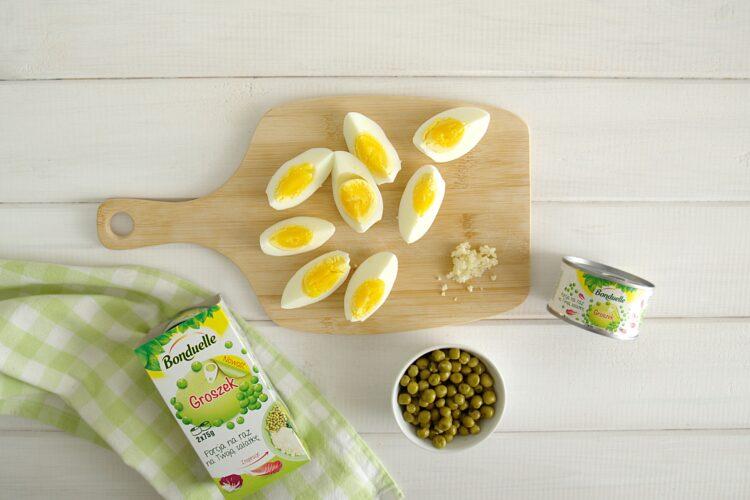 Sałatka z groszkiem, młodymi ziemniakami, jajkami i ziołami - Krok 2