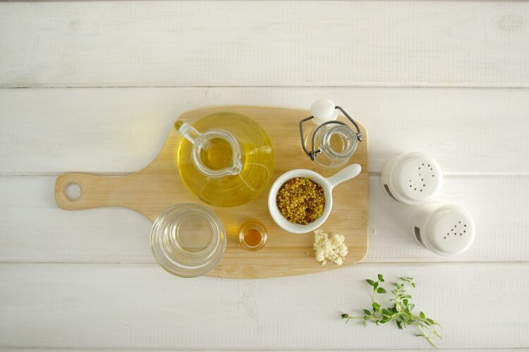 Sałatka z groszkiem, młodymi ziemniakami, jajkami i ziołami - Krok 3