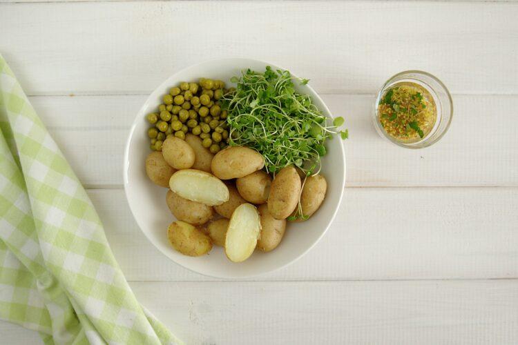 Sałatka z groszkiem, młodymi ziemniakami, jajkami i ziołami - Krok 4