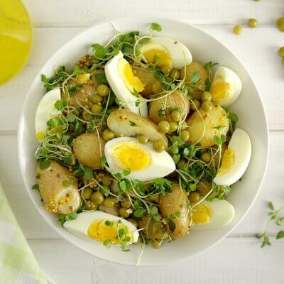Sałatka z groszkiem, młodymi ziemniakami, jajkami i ziołami