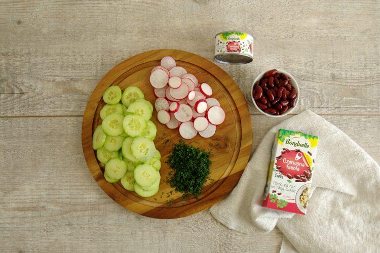 Sałatka z czerwoną fasolą, rzodkiewką i ogórkiem - Krok 1