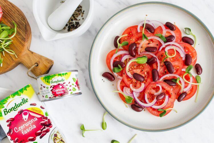 Prosta sałatka z pomidorów, kiełków i fasoli