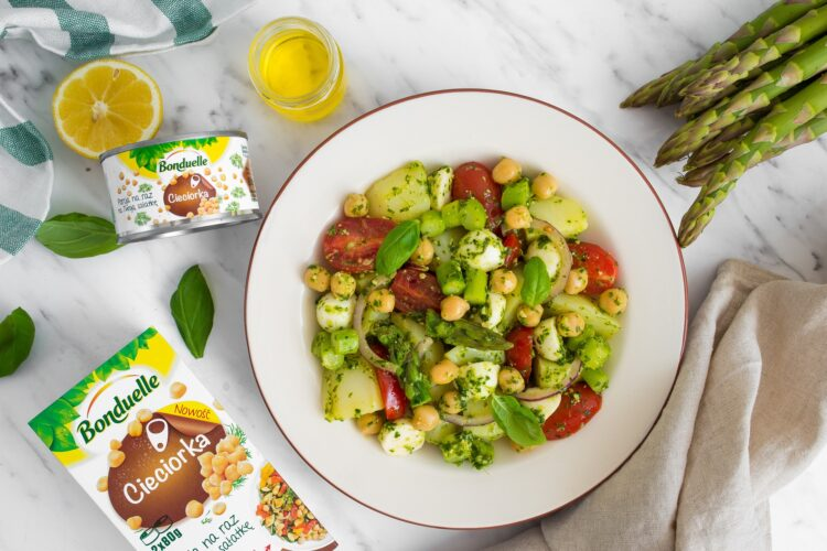 Sałatka ziemniaczana z sosem bazyliowym i szparagami