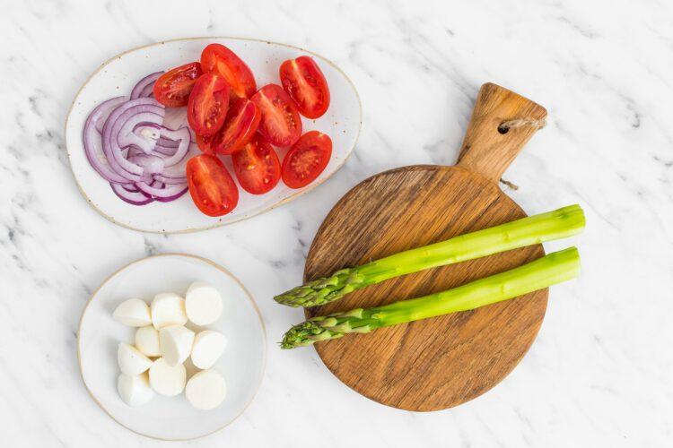 Sałatka ziemniaczana z sosem bazyliowym i szparagami - Krok 1