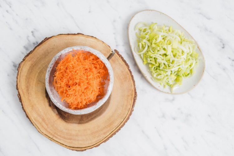 Surówka z marchewki, pora i czerwonej fasoli - Krok 1