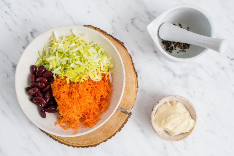Surówka z marchewki, pora i czerwonej fasoli - Krok 2