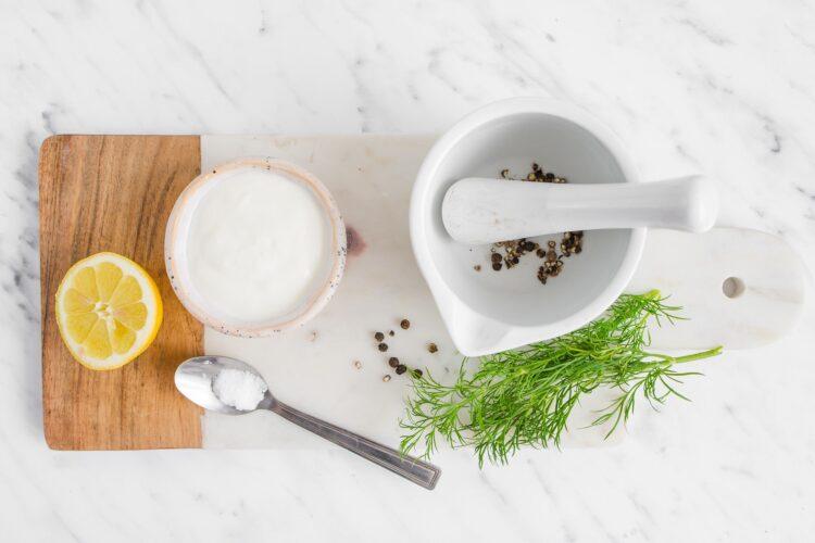 Sałata masłowa z groszkiem w sosie koperkowym - Krok 2