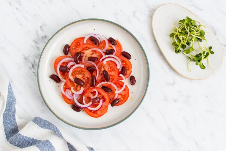 Prosta sałatka z pomidorów, kiełków i fasoli - Krok 3