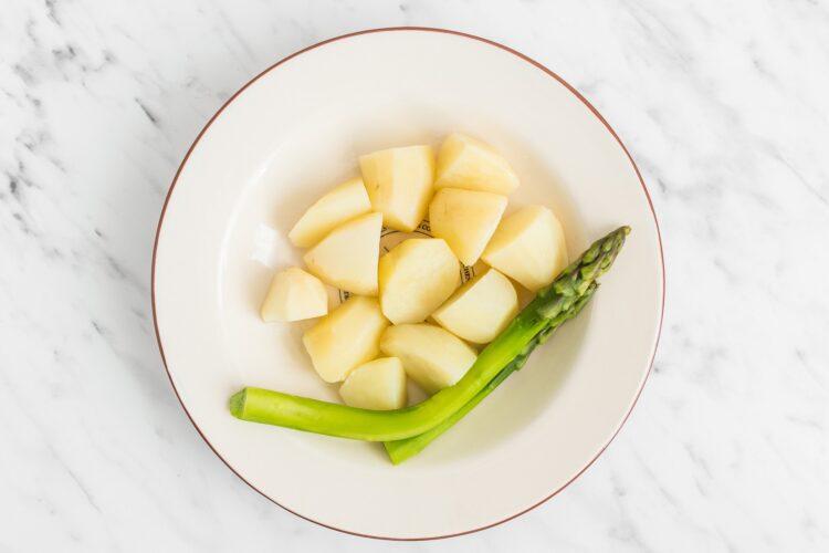 Sałatka ziemniaczana z sosem bazyliowym i szparagami - Krok 3