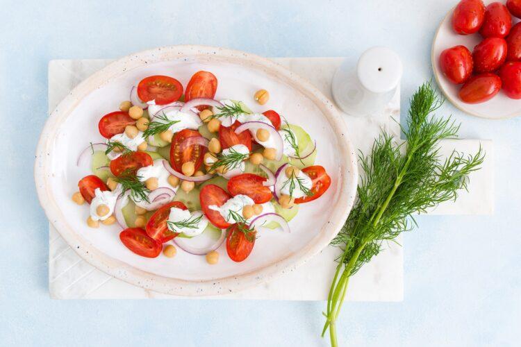 Sałatka z pomidorów, ogórków i cieciorki - Krok 3