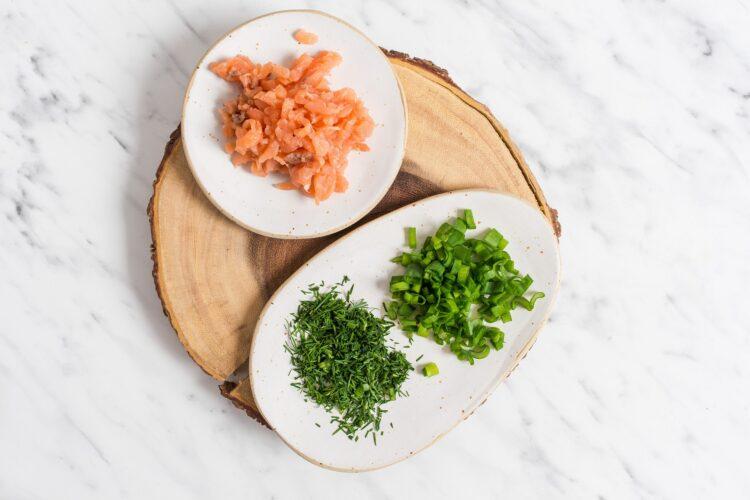 Ogórek faszerowany sałatką z łososia i groszku - Krok 3