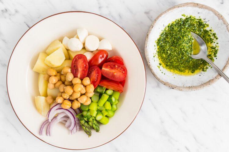 Sałatka ziemniaczana z sosem bazyliowym i szparagami - Krok 4