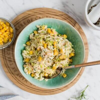 Surówka z młodej kapusty, kukurydzy i koperku