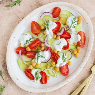 Sałatka z pomidorów, ogórków i cieciorki