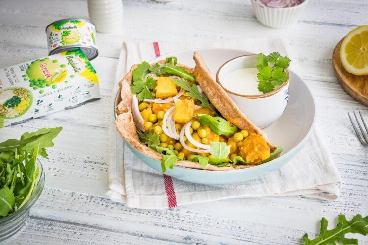 Razowe wrapy z młodymi ziemniakami w curry z groszkiem