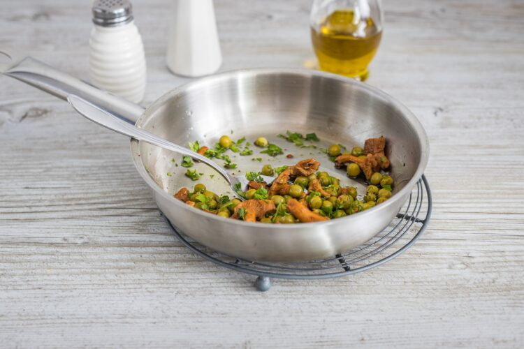 Ziołowe naleśniki z groszkiem, kurkami i mozzarellą - Krok 3