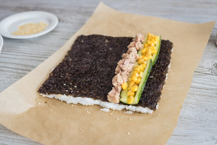 California rolls z kukurydzą i tuńczykiem - Krok 4
