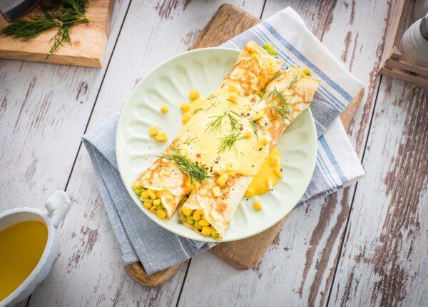Naleśniki z bobem, szynką i kukurydzą z sosem holenderskim