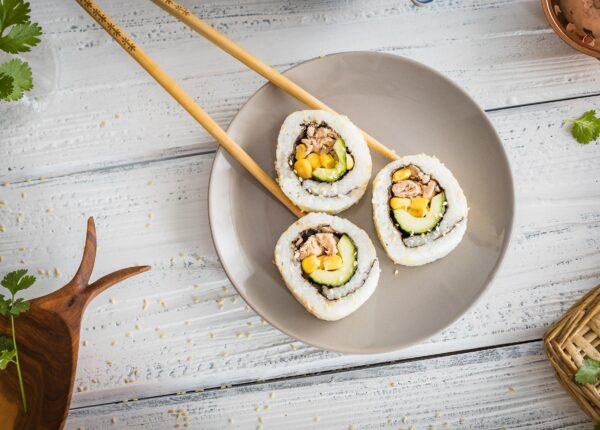California rolls z kukurydzą i tuńczykiem