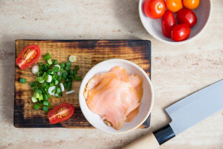 Kieszonki naleśnikowe z łososiem, groszkiem i pomidorami - Krok 3