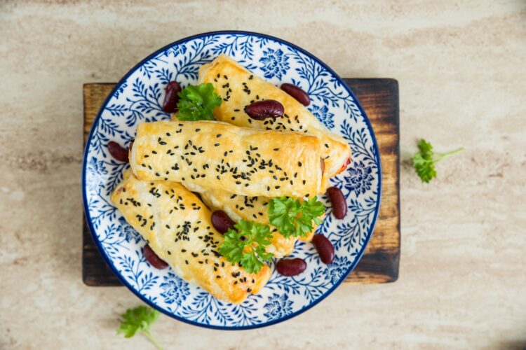 Roladki z ciasta francuskiego z chorizo i fasolą - Krok 4
