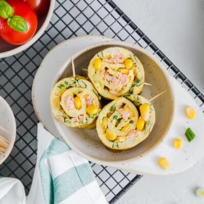 Roladka z omleta z kukurydzą i łososiem