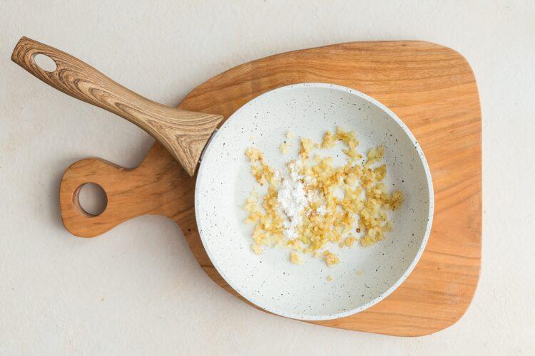 Zasmażany szpinak do obiadu - Krok 2