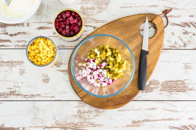 Sałatka z buraczków z kukurydzą i kiszonym ogórkiem - Krok 1