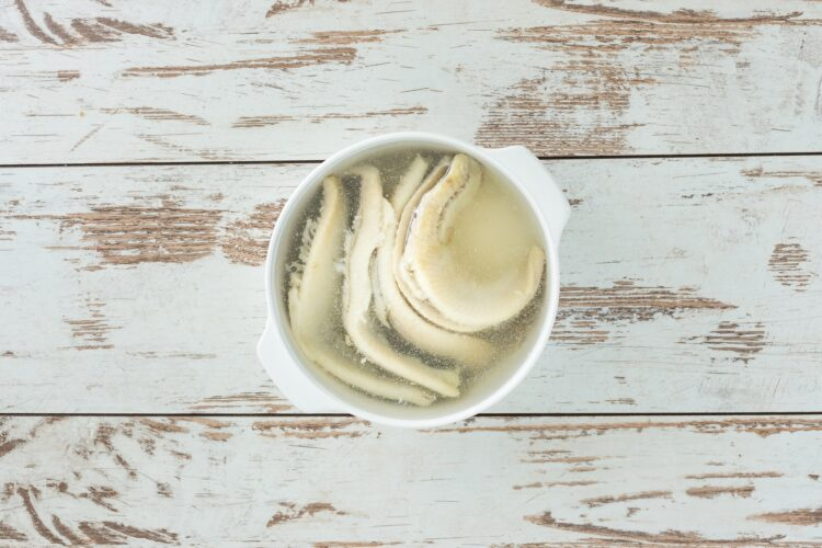 Śledź z groszkiem i koperkiem w cytrynowym oleju - Krok 1