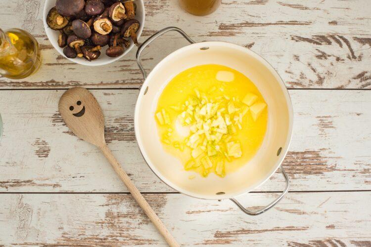 Zupa grzybowa z groszkiem i wędzonym dorszem - Krok 1