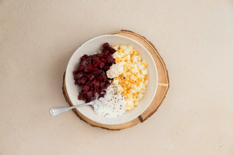 Roladki z szynką i pastą z jajek i buraka - Krok 3