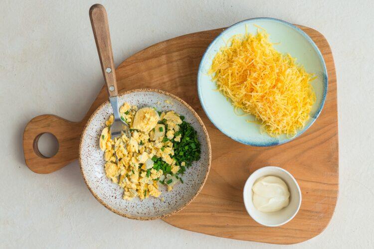 Jajka faszerowane serem i groszkiem - Krok 3