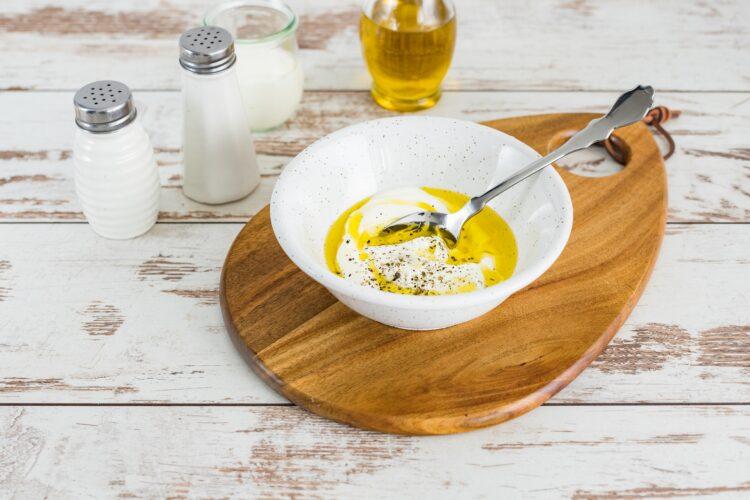 Sałatka z buraczków z kukurydzą i kiszonym ogórkiem - Krok 2