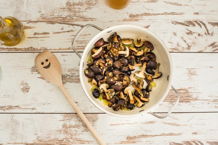 Zupa grzybowa z groszkiem i wędzonym dorszem - Krok 2