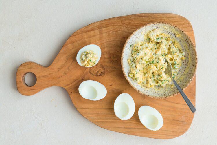 Jajka faszerowane serem i groszkiem - Krok 4