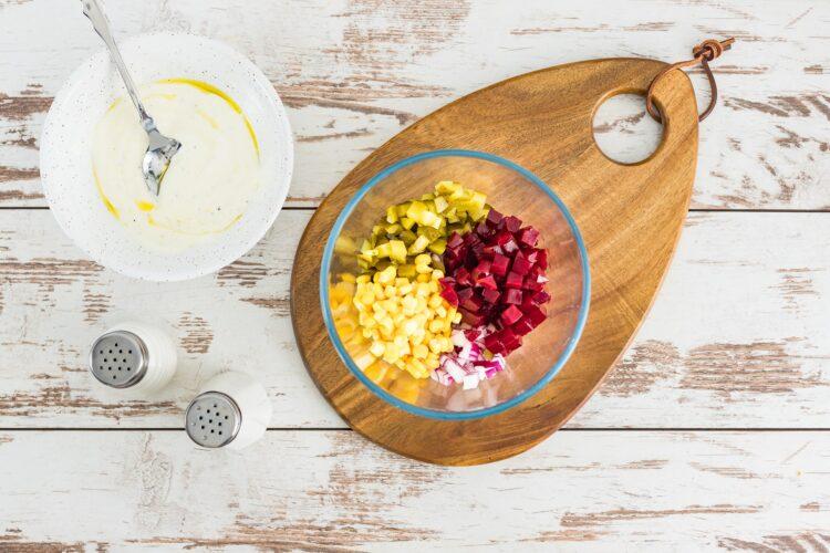 Sałatka z buraczków z kukurydzą i kiszonym ogórkiem - Krok 3