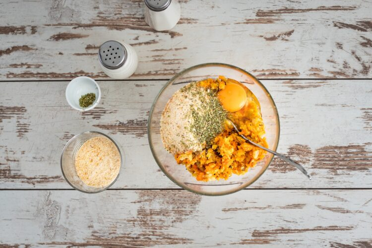 Kotleciki z pieczonych warzyw z sosem majonezowym z marynowanymi pieczarkami - Krok 3