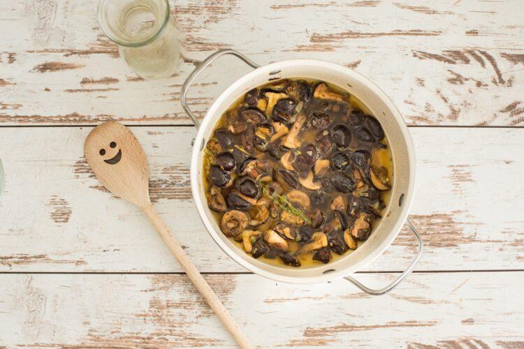 Zupa grzybowa z groszkiem i wędzonym dorszem - Krok 3