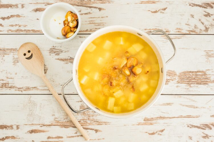 Zupa czosnkowa z serem i groszkiem - Krok 4