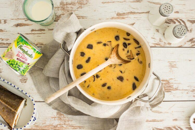 Zupa grzybowa z groszkiem i wędzonym dorszem - Krok 4
